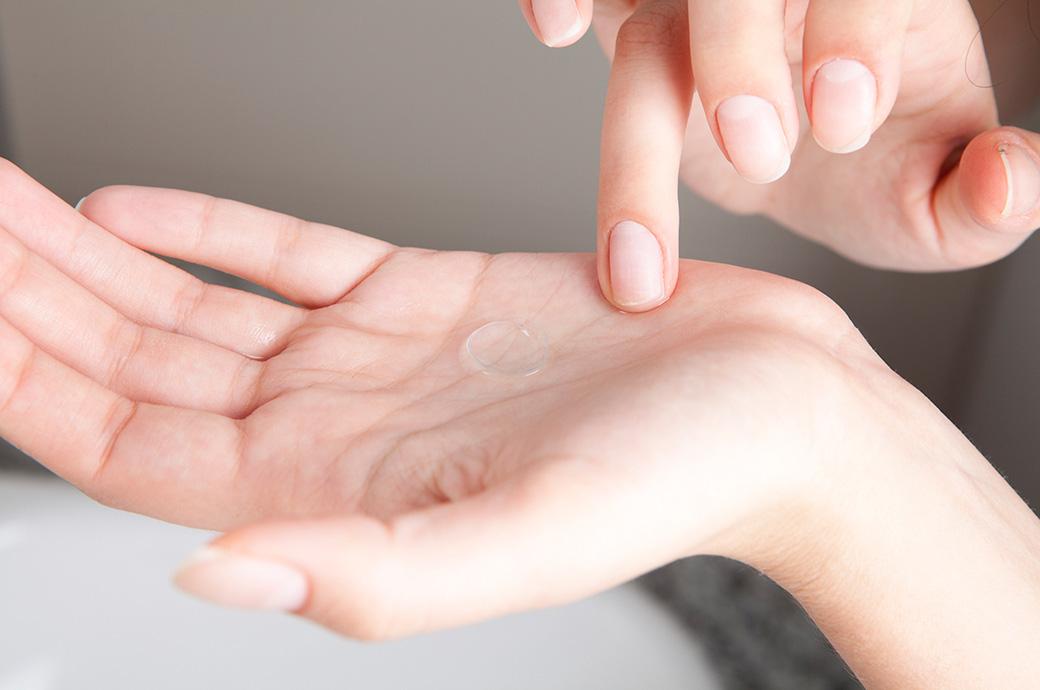 Un palmo di una mano con una lente a contatto