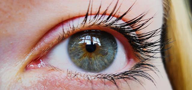 Vista ravvicinata di un occhio di una donna che indossa le lenti a contatto