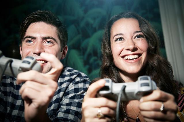 Due adulti giocano ai videogame con le lenti a contatto