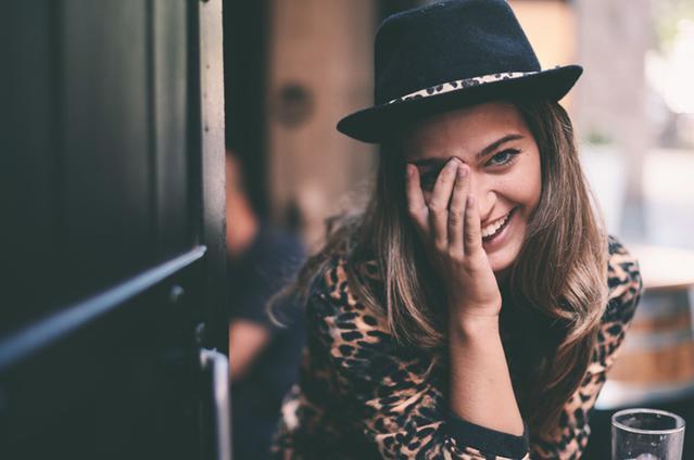 Immagine di una donna che si copre l'occhio
