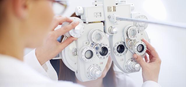 Una donna mentre si sottopone ad un esame della vista