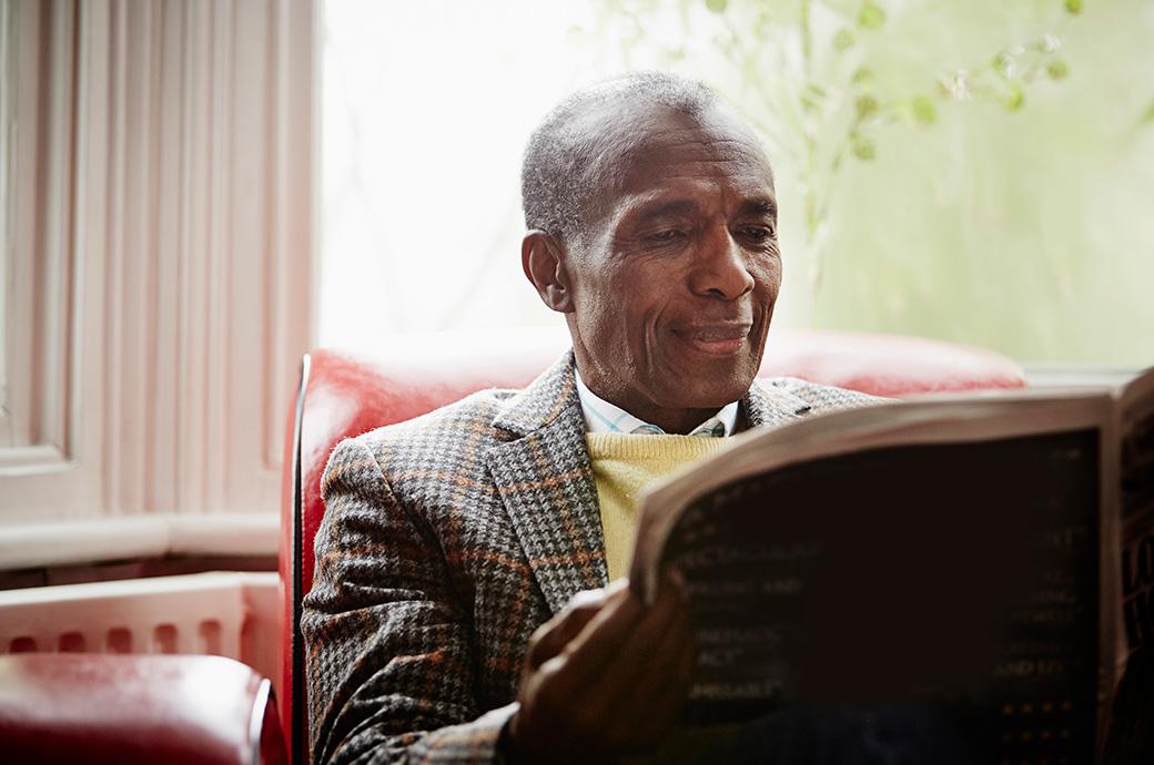 Immagine di un anziano che legge il giornale