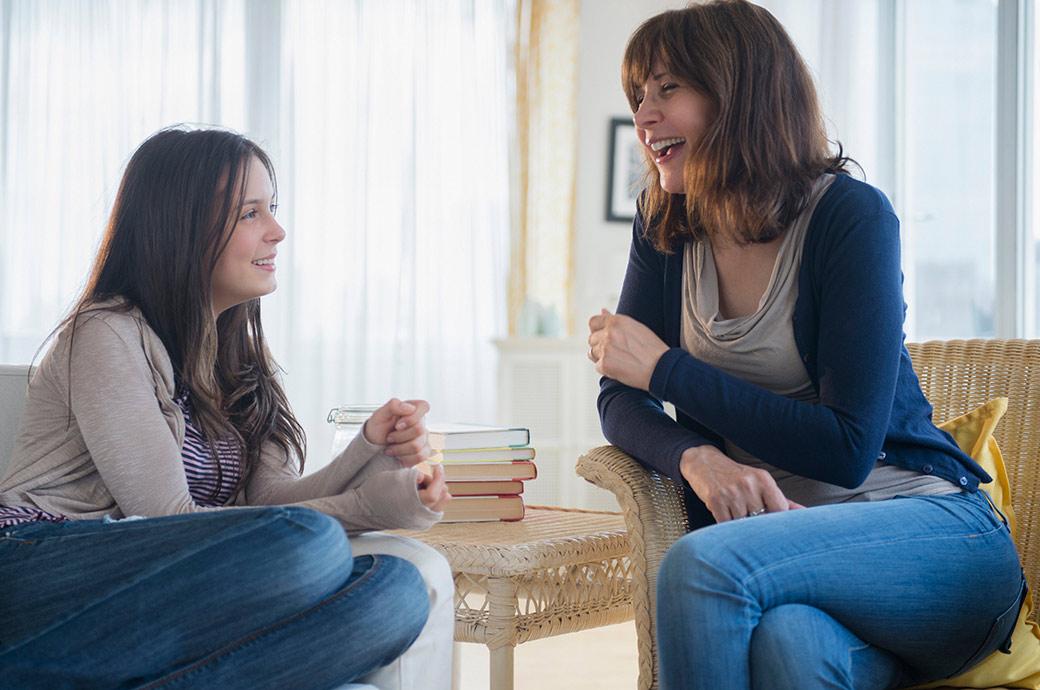 Una ragazza sta avendo una conversazione con sua mamma