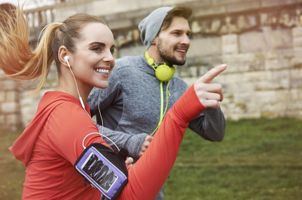 Sport e lenti a contatto – una donna e un uomo che corrono all'aperto