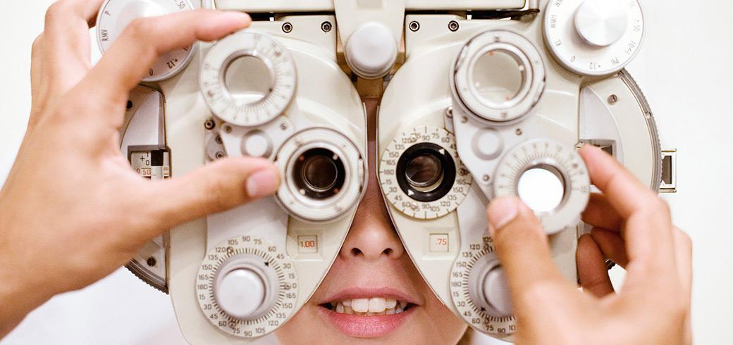 Un dottore in un laboratorio di fronte ad un attrezzo ottico